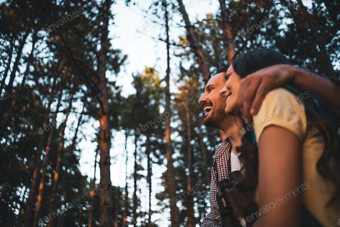Glückliches Paar ist Wandern im Wald