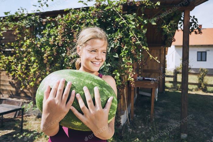 Смеется девушка держит арбуз