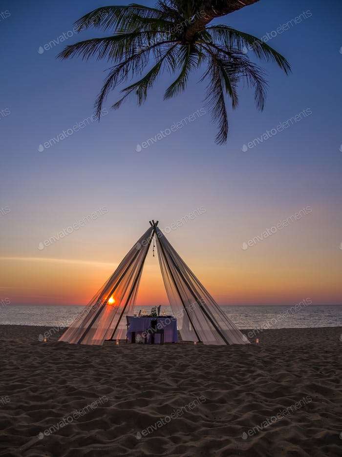 Обеденный стол на двоих на пляже