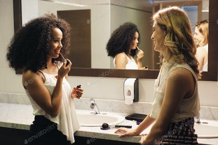 schön Mädchen als glücklich Freunde reden für Klatsch in Toilette