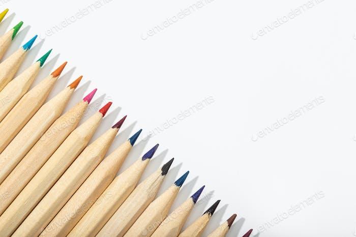 Hölzerne Buntstifte isoliert auf weißem Hintergrund