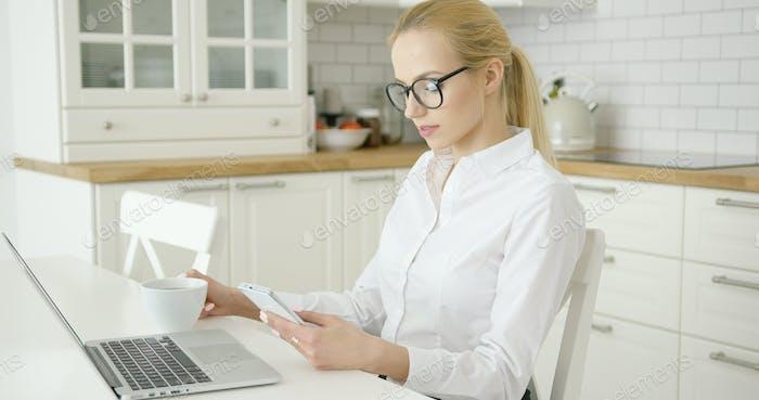 Erfolgreiche junge Frau mit Geräten