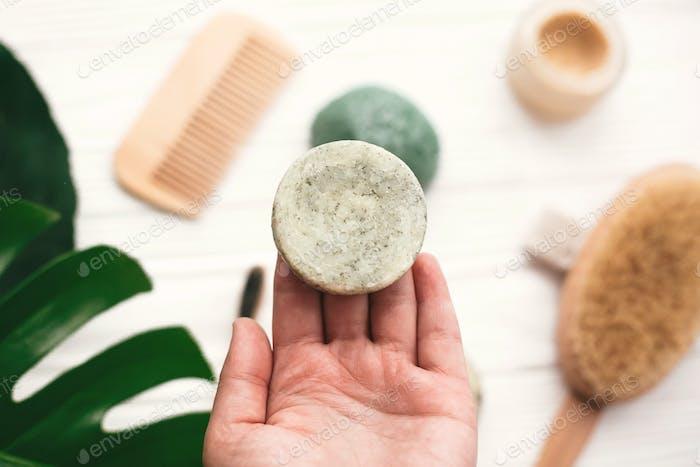 Hand hält natürliche solide Shampoo-Bar