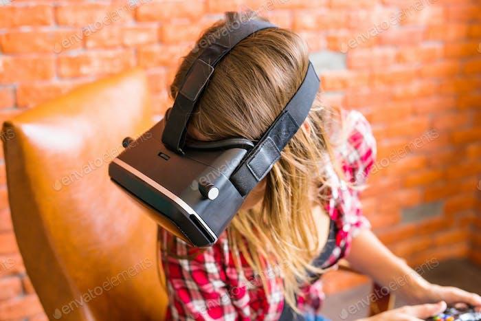 Technologie, Virtual Reality, Unterhaltung und Menschen Konzept - Frau mit vr Headset Spielspiel.