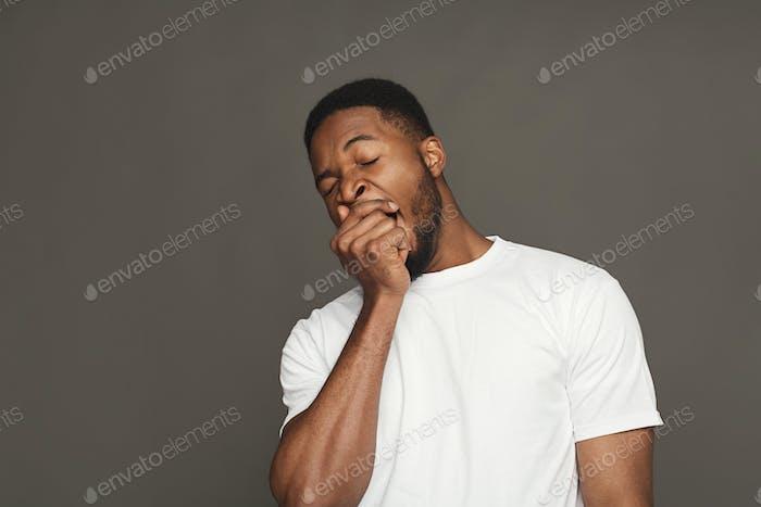 Expresión facial, emociones, Hombre negro amable bostezo