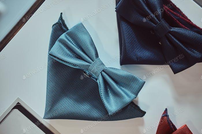 Nahaufnahme Foto einer Seidenschleife Krawatten in verschiedenen Farben auf dem Tisch in einem Herrenhaus.