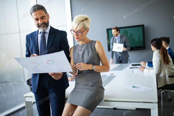 Business People Konferenz im modernen Tagungsraum
