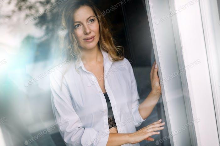 Schöne sexy Dame in eleganten Höschen und Hemd