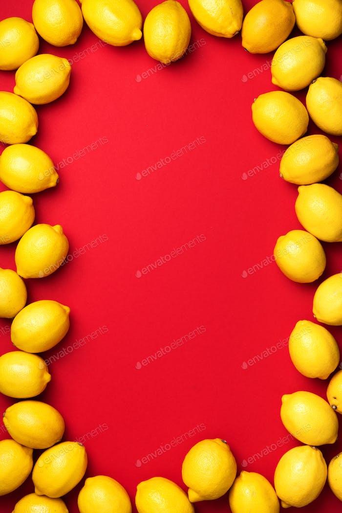 Zitronen-Rahmen auf rotem Hintergrund. Booster des Immunsystems.