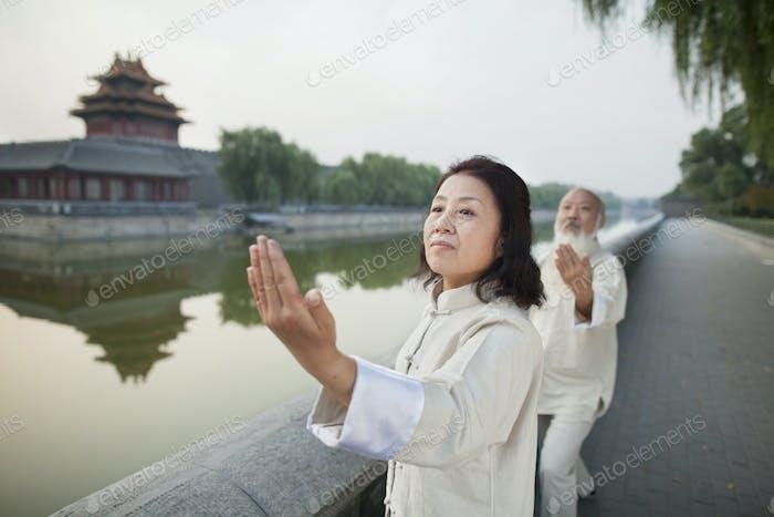 Zwei Chinesen üben Tai Ji
