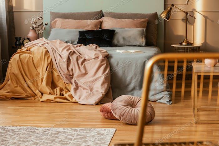 Luxus und Hungersnot Schlafzimmer Interieur in modernen Studio-Wohnung