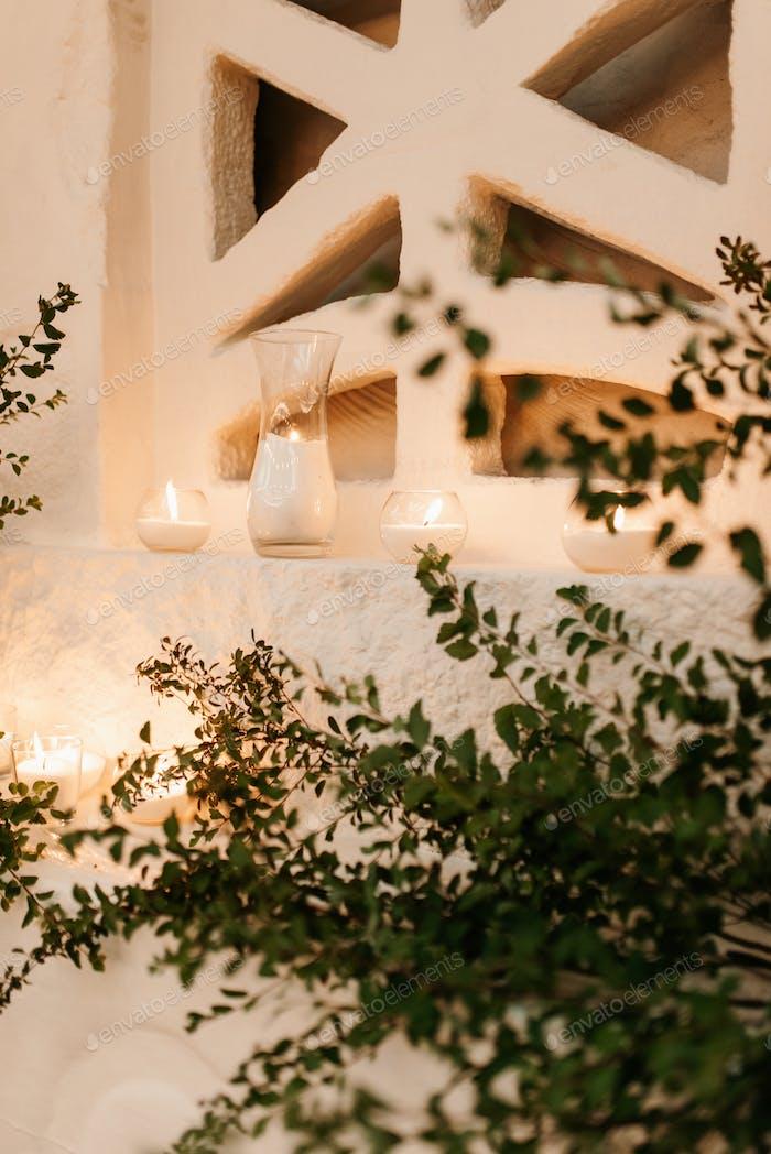 Präsidium der Jungvermählten im Bankettsaal des Restaurants ist mit Kerzen geschmückt