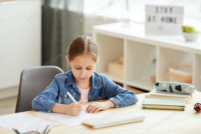 Niedliches Mädchen Studieren zu Hause