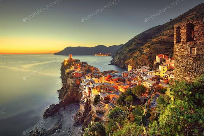 Vernazza Dorf, Luftaufnahme auf Sonnenuntergang. Cinque Terre, Ligury, Italien