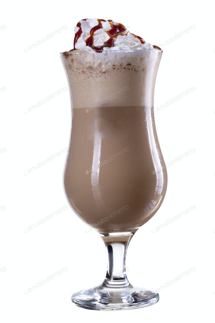 Cocktail in Glas auf weißem Hintergrund isoliert