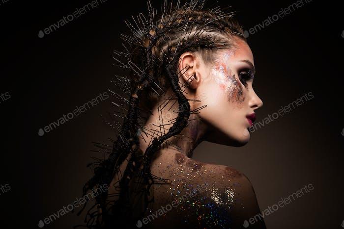 Mode-Modell mit hellen Make-up und bunten Glitzer