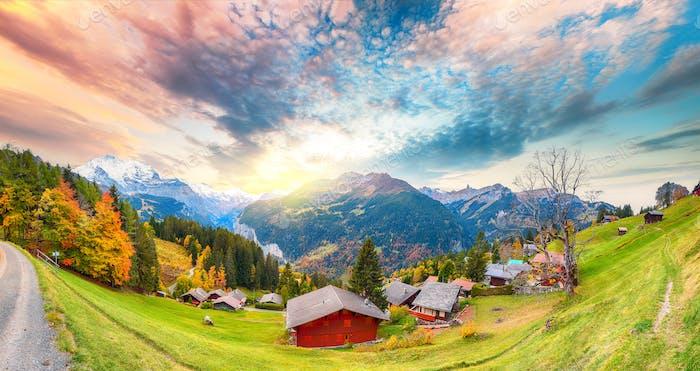 Herrliches Panorama über das malerische Alpendorf Wengen im Herbst.