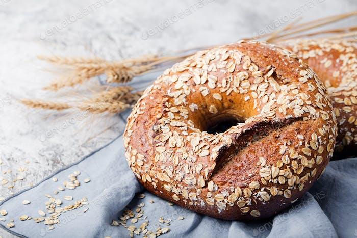 Pan con semillas sobre Fondo de piedra. Espacio de copia.