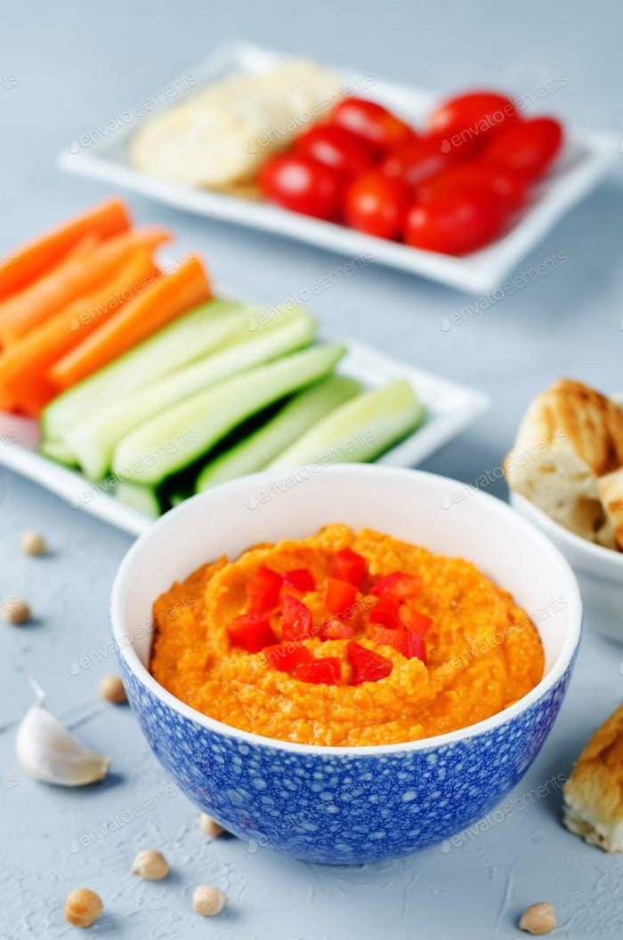 Red Paprika Hummus mit Gemüse