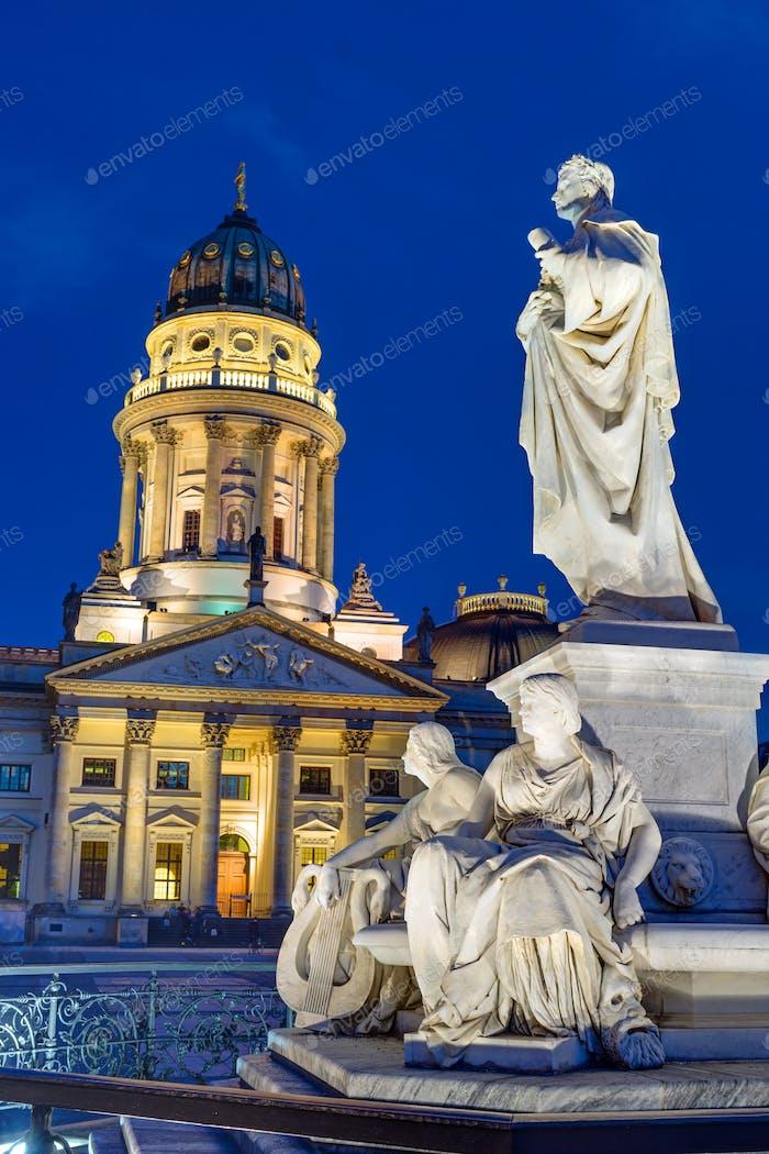 Kirche und Statue von Schiller