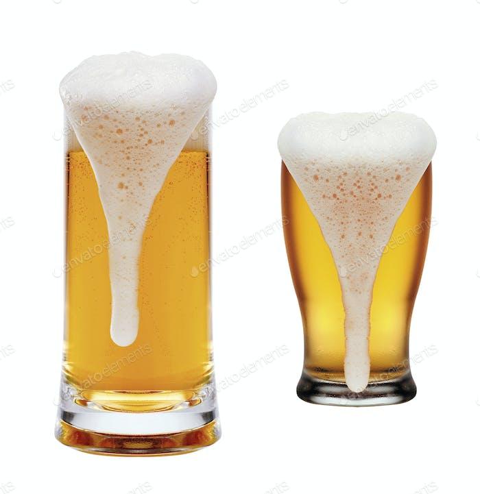 Gläser Bier auf weißem Hintergrund