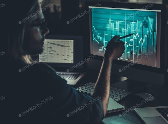 Парень, работающий с компьютером