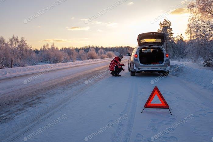 Gebrochen auf einer verschneiten Winterstraße