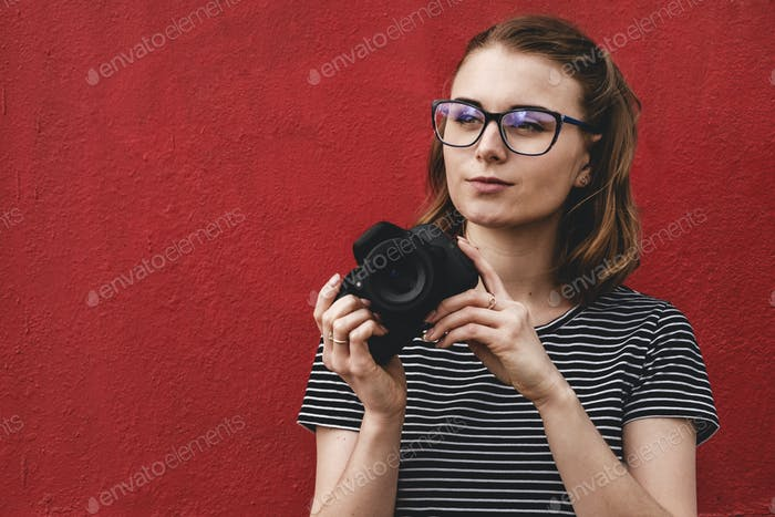 Nachdenkliche aufmerksame junge Frau Fotograf