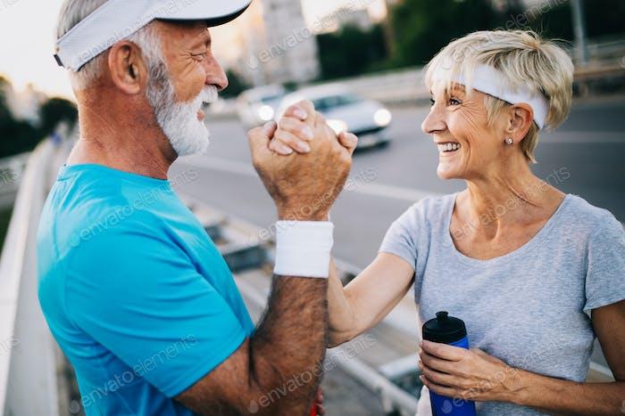 Fitness, Sport, Menschen, Bewegung und Lifestyle-Konzept - Seniorenpaar Laufen
