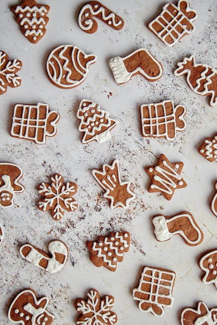 Zusammensetzung von leckeren Lebkuchenplätzchen in verschiedenen Weihnachtssymbolen geformt