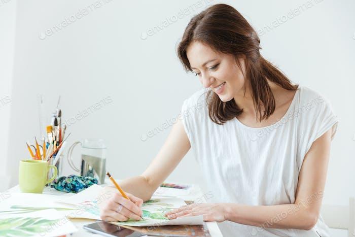 Женщина художник рисунок за столом