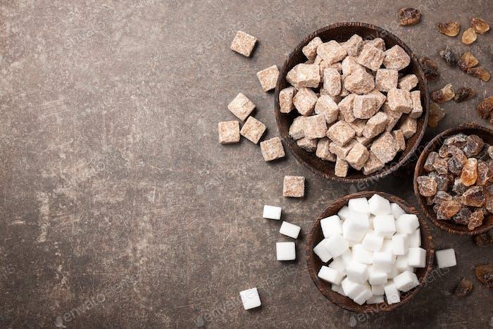 Verschiedene Zucker in Schüsseln