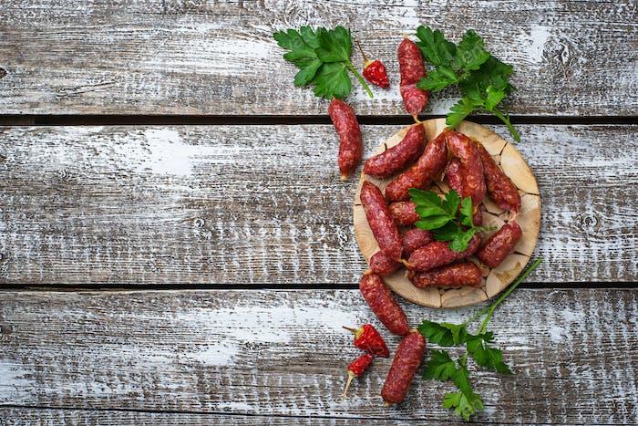 Salami-Würstchen mit rotem Pfeffer
