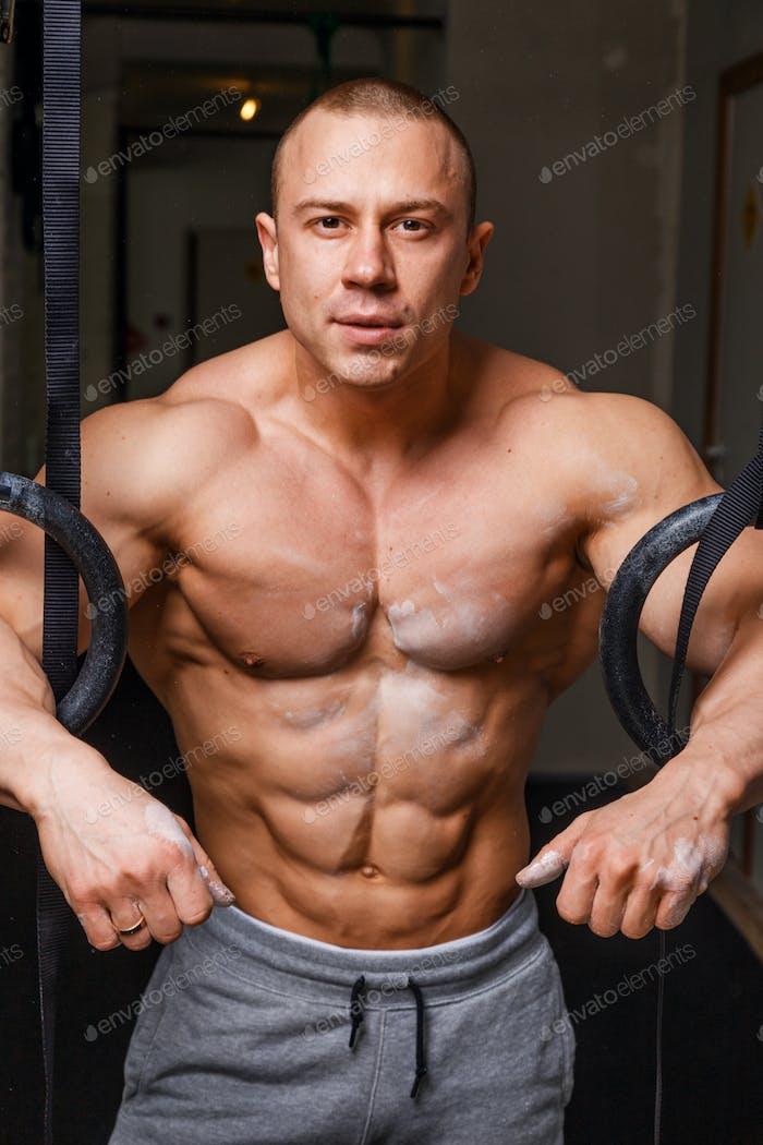 Сильный мускулистый человек