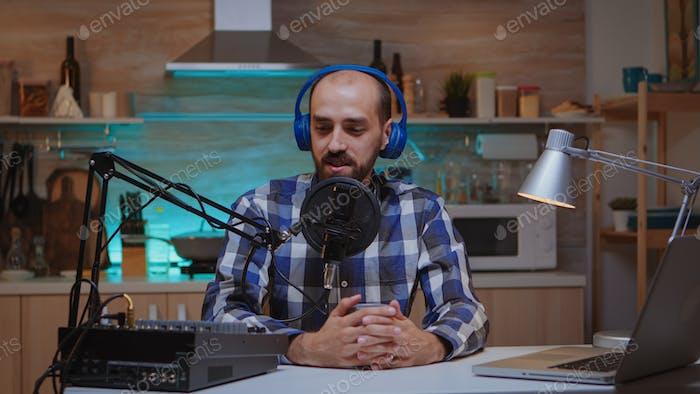 Moderator von Online-Show-Streaming
