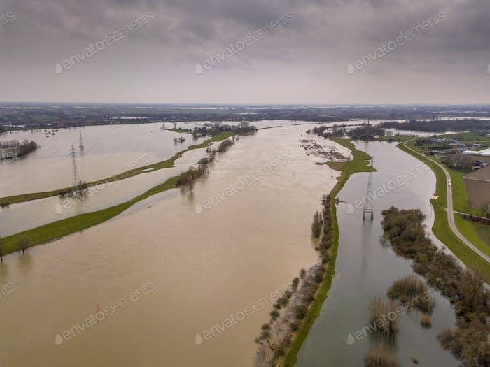 Überflutete Flusslandschaft im Winter
