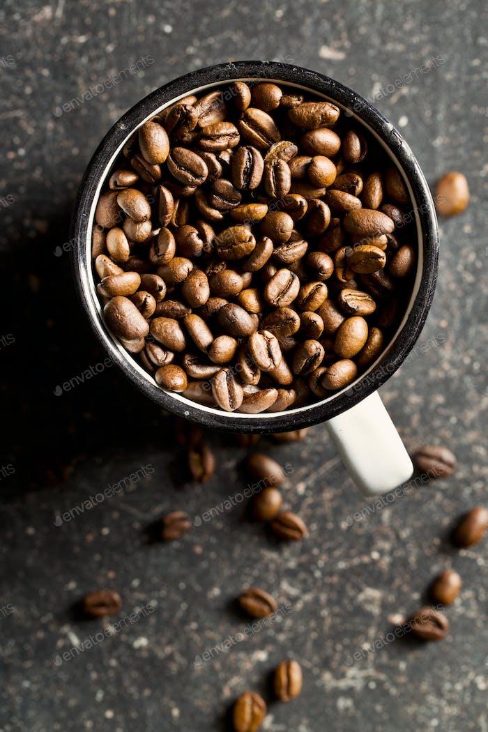 Kaffeebohnen in Becher