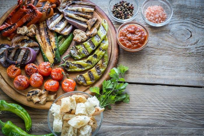 Gegrilltes Gemüse auf dem Holzbrett