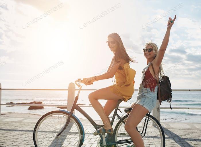 Glückliche junge Frauen genießen Fahrrad fahren