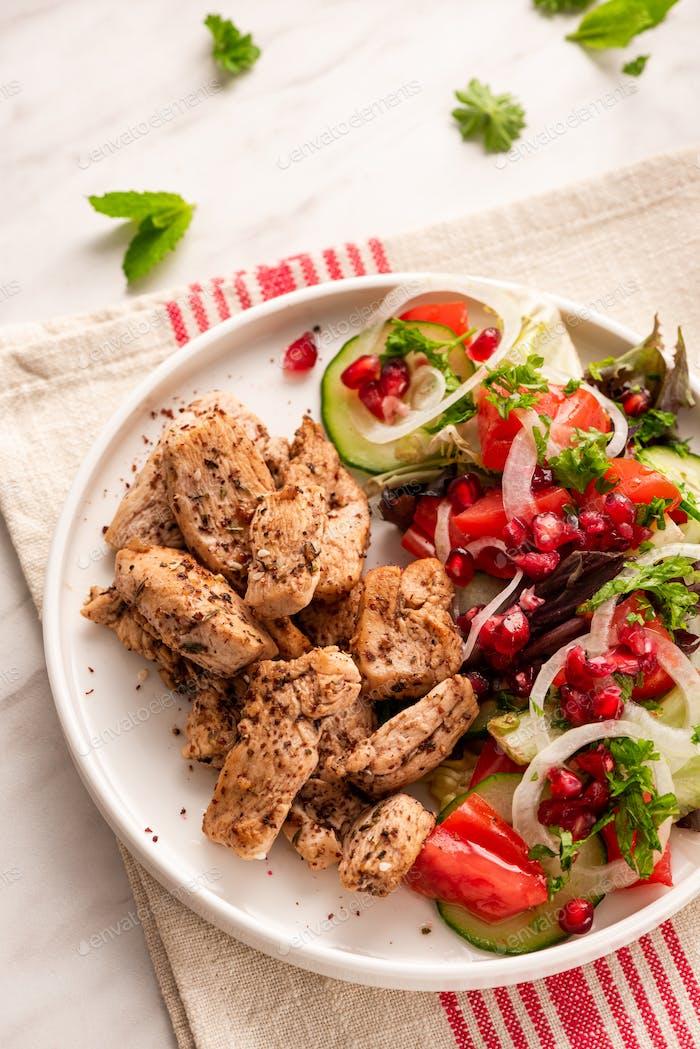 Gegrilltes Geflügel mit gesunder Salat.Light-Diät-Mittagessen