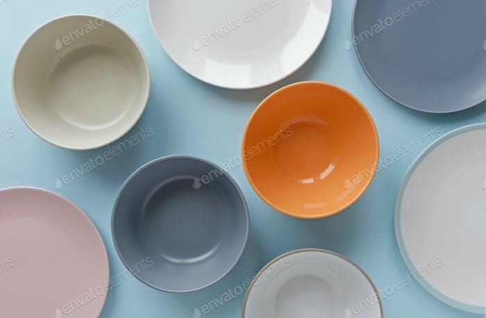 Variedade vazias tigelas e pratos limpos em azul