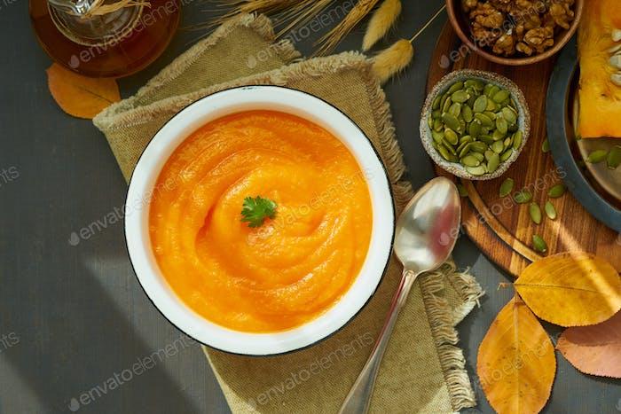 Kürbiscremige Suppe mit Walnüssen, Jahresgericht, gesunde Diät Rezept