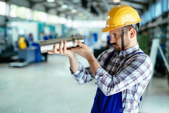 Porträt eines Metallingenieurs in der Fabrik