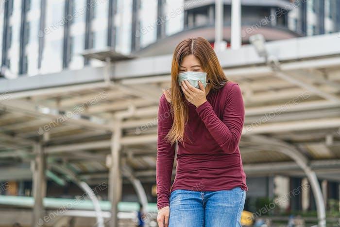 Asiatische Frau mit medizinischer Sicherheitsmaske zur Verhinderung von Coronavirus- oder Covid19-Ausbruch