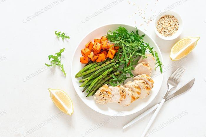 Gegrillte Hähnchenbrust, Filet, Rucola Salat und Gemüse