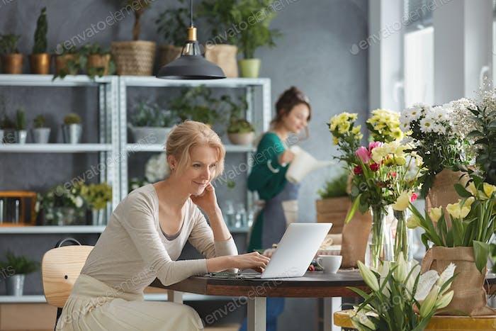 Florist arbeitet im Blumenladen