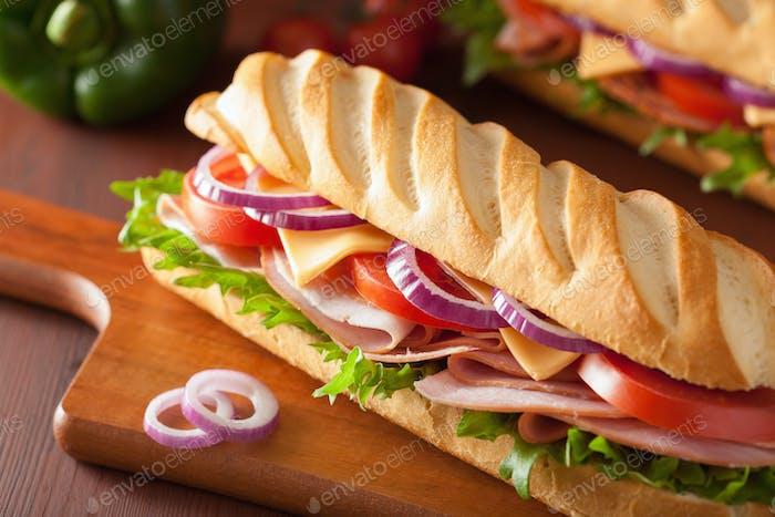 langes Baguette-Sandwich mit Schinkenkäse Tomate und Salat