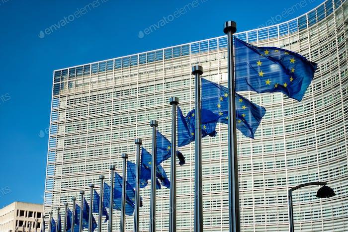 Banderas de la UE frente a la Comisión Europea