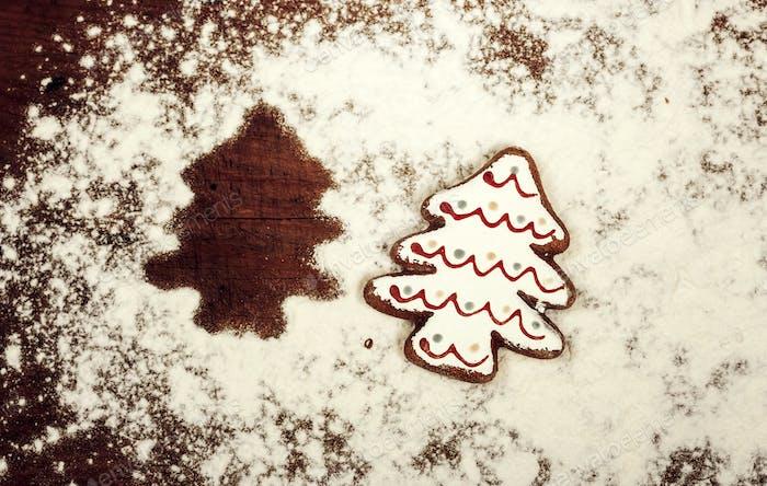 Weihnachtsplätzchen, Gewürze und Mehl auf Holzschneidebrett