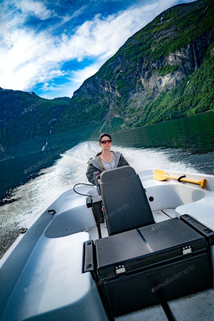 Frau fährt ein Motorboot